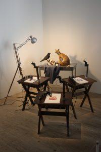 """Photographie : installation """"Human Study #2 La Grande Vanité au corbeau et au renard"""" de Patrick TRESSET"""