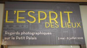 Photographie de l'entrée de l'exposition