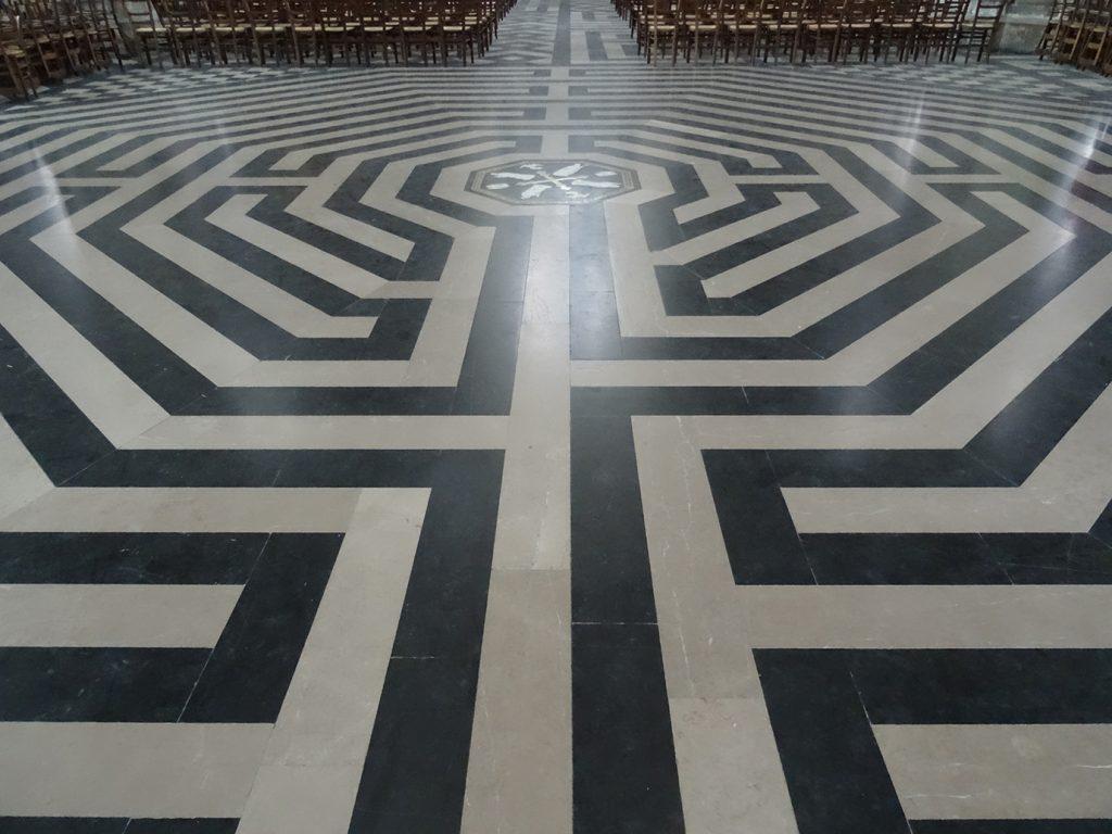 Labyrinthe à l'intérieur, sur le sol.
