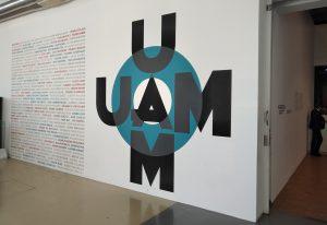 Vue extérieurer de l'expo avec le logo du groupe UAM.