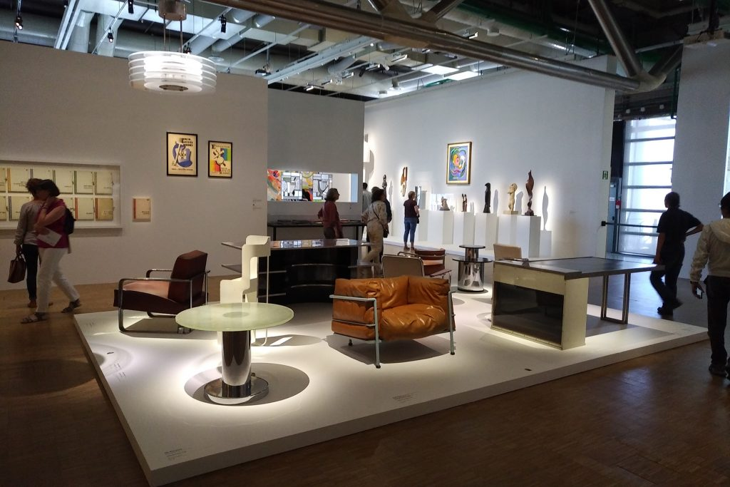 Vue intérieure de l'exposition UAM : mobilier.