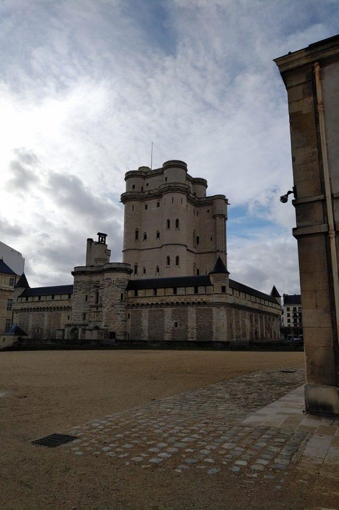 Vue de la tour du donjon depuis l'extérieur.