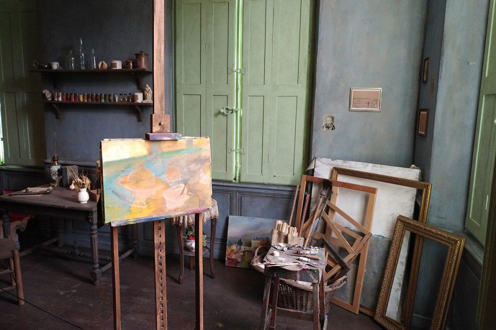 Reconstitution d'un atelier de peintre du 19e siècle.