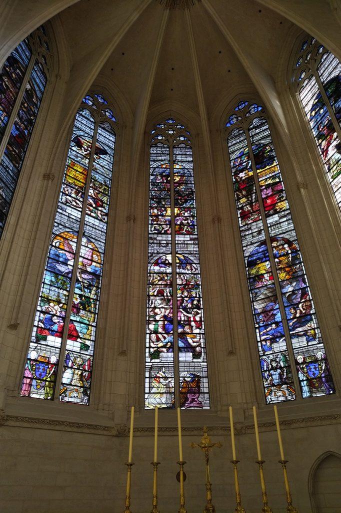 Vue de l'intérieur. La photo montre les vitraux Renaissance.