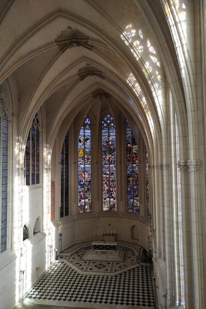 Sainte-Chapelle de Vincennes : vue de l'intérieur, depuis l'étage.