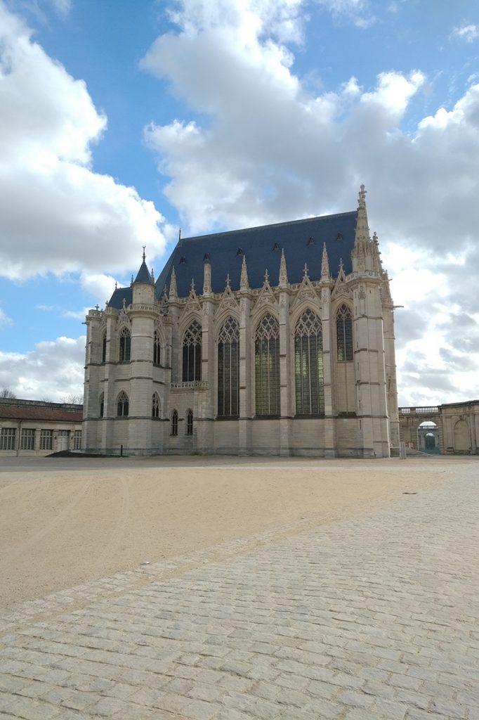 Sainte-Chapelle de Vincennes, de ce côté on aperçoit les grandes baies et une partie des vitraux.