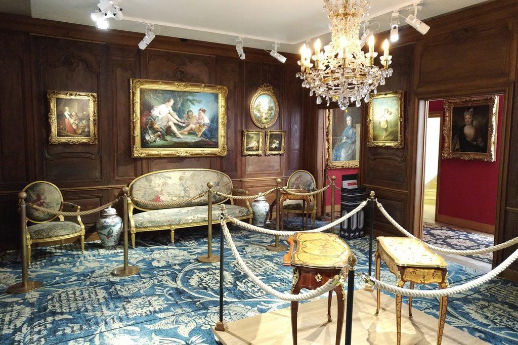 Vue d'ensemble du salon. Le mobilier date du 18e siècle.