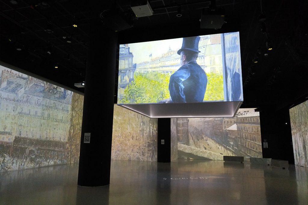château, depuis l'intérieur : dispositif numérique où on voit des écrans avec des projections.