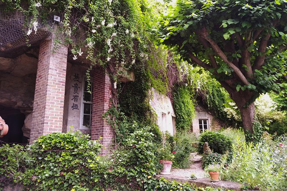 Vue des carrières situées à côté de la maison, dans le jardin.