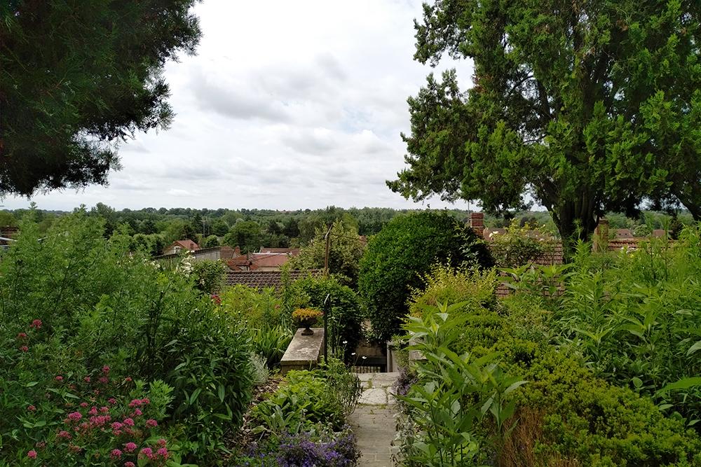 Vue depuis le jardin, vers la ville d'Auvers.