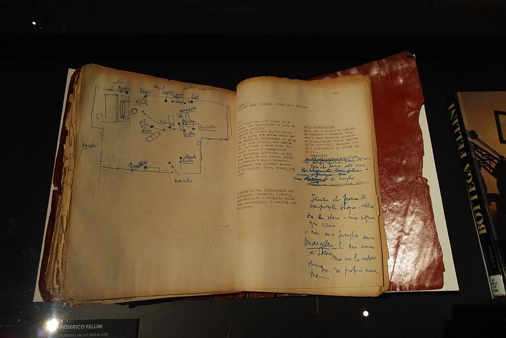 Scénario de la Dolce Vita de Fellini, avec annotations manuscrites du cinéaste.
