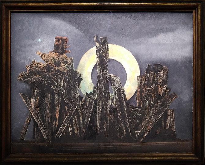 L'œuvre de Max Ernst est surréaliste : il s'agit d'une vision de couleur sombre de motifs animaliers dans une forêt.