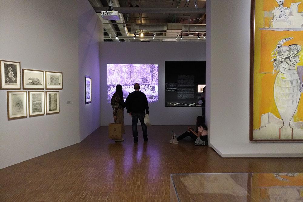 Il s'agit d'une prise de vue d'une des salles de l'exposition.