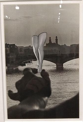 Cette œuvre est un photocollage : elle est constituée de plusieurs morceaux de photos créant un motif. Il s'agit d'une main tenant une paire de jambes, avec en arrière-plan la Seine et un pont.