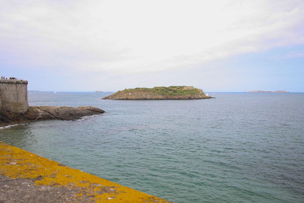 Vue vers le rocher du Grand-Bé. La mer est haute mais on distingue le rocher.