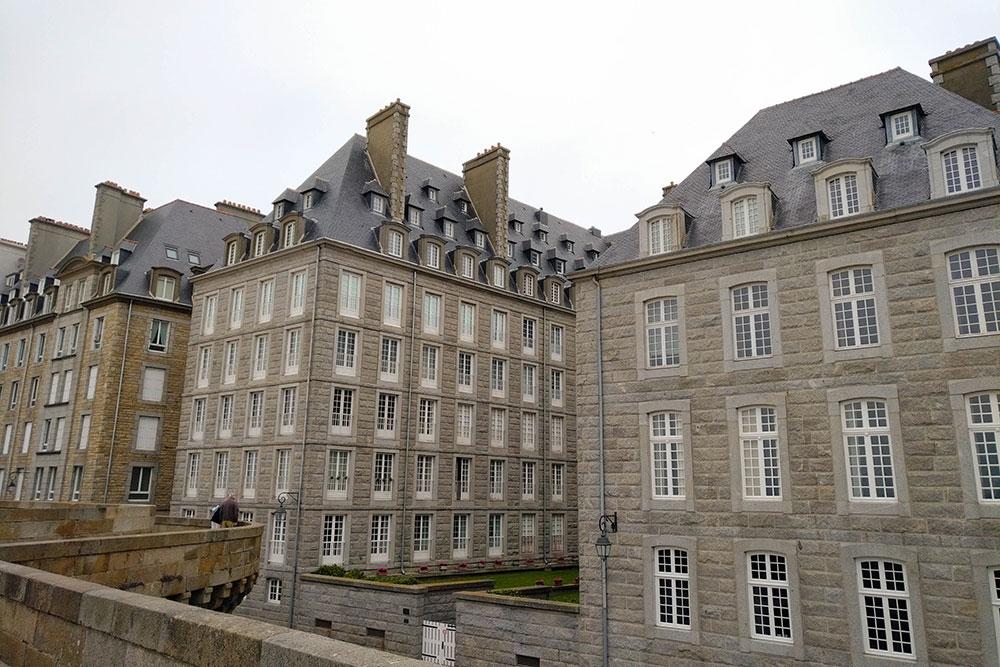 La photo montre les habitations de Saint-Malo, depuis les remparts.