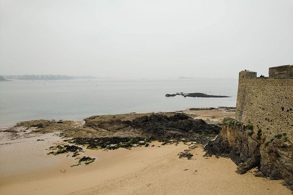 Vue de la mer depuis les remparts de Saint-Malo.