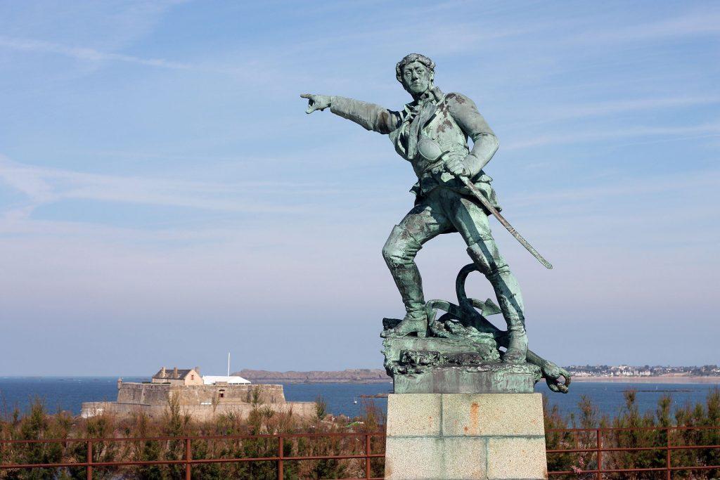 La photo montre la sculpture de Robert Surcouf.