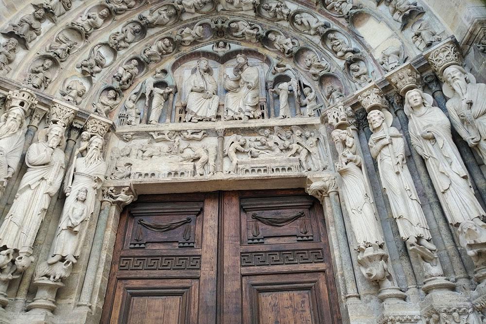 vue du tympan du portail de la Vierge