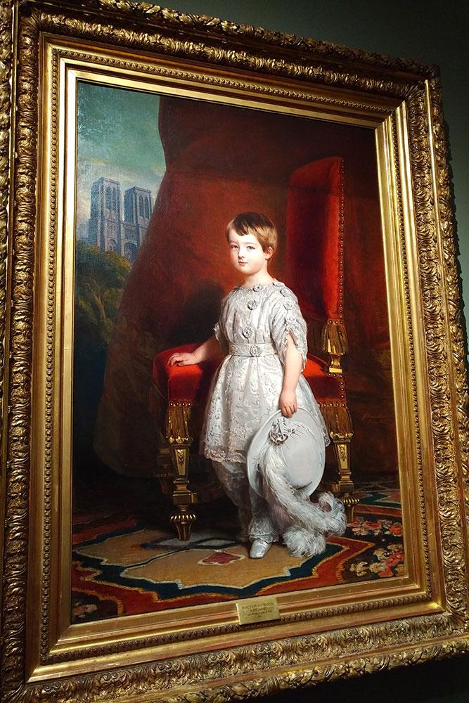 Il s'agit d'une huile sur toile représentant le comte de Paris enfant. Derrière lui se dresse Notre-Dame de Paris.
