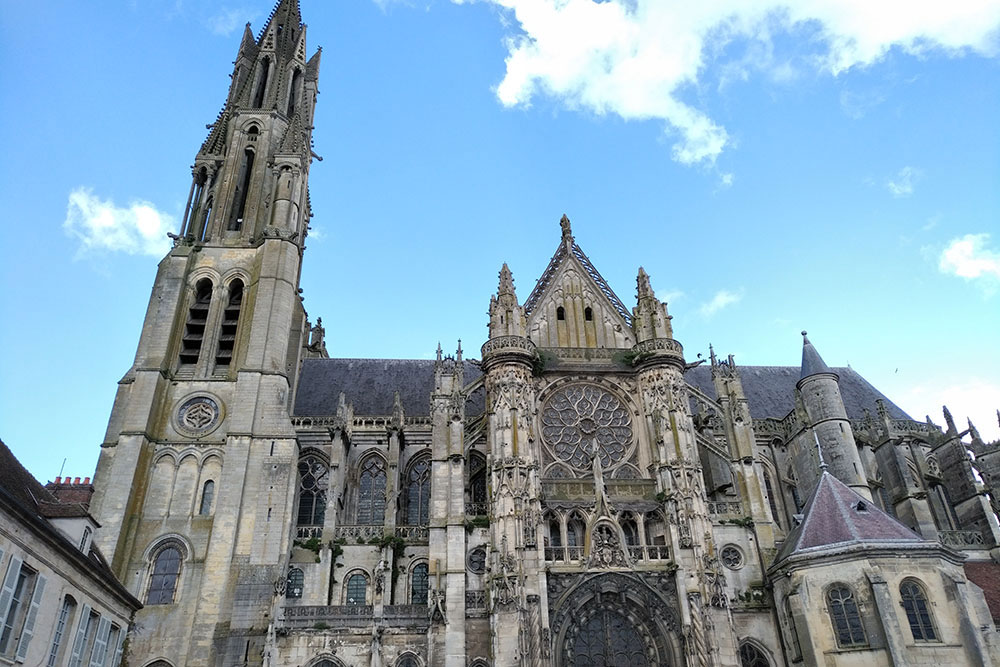 vue de la cathédrale Notre-Dame de Senlis depuis la place principale.