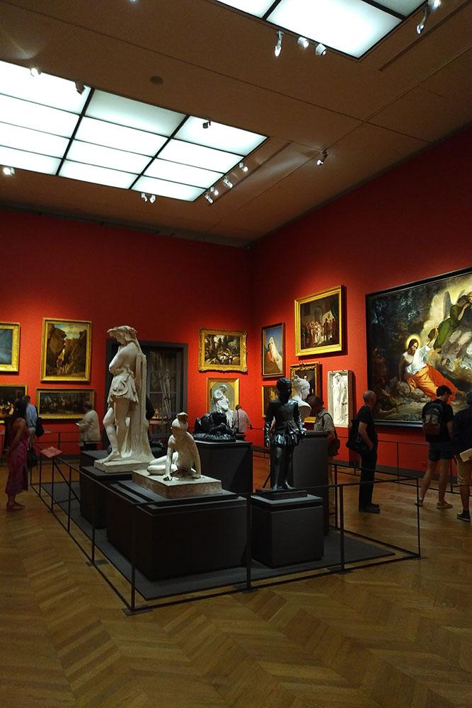 Vue de l'exposition où c'est le thème du Salon qui est repris : de nombreuses toiles sont sur les murs.