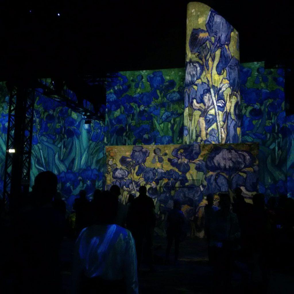 Projection d'une œuvre de van Gogh aux motifs d'iris.