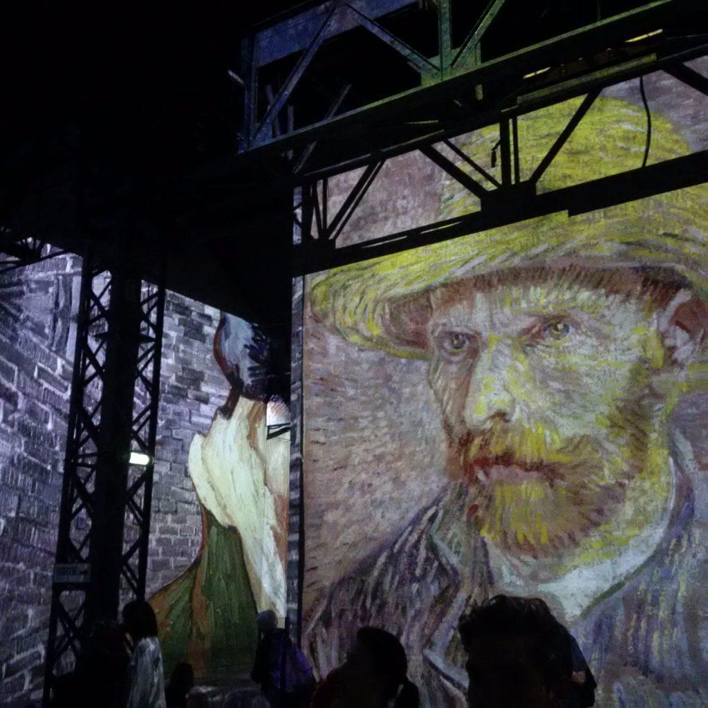 Projection d'un des autoportraits de l'artiste.