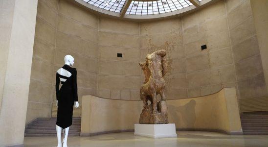 vue du grand hall du musée Bouredelle avec un mannequin portant une robe.