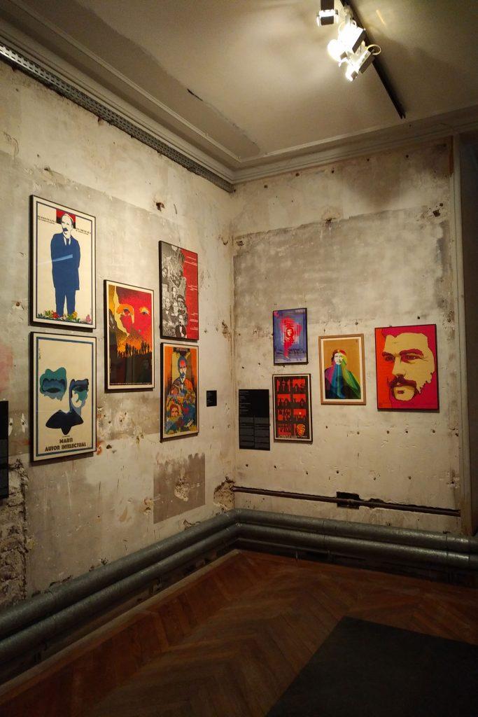 Vue d'ensemble de la première salle de l'exposition sur les affiches cubaines