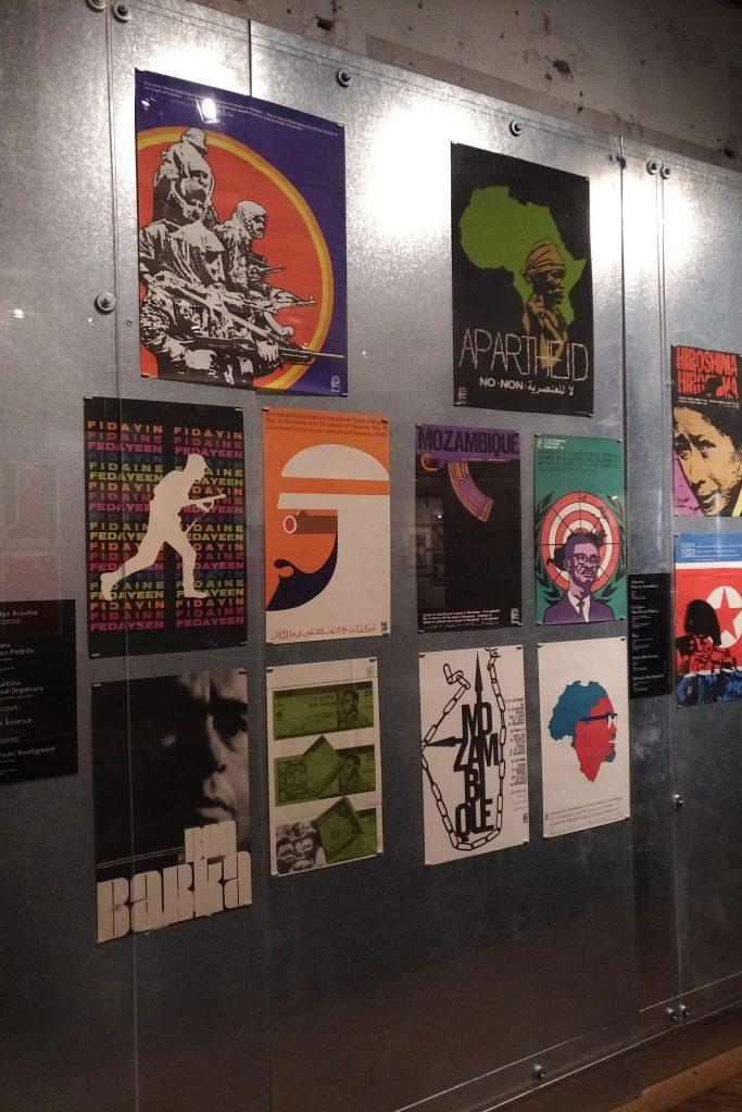 Vue d'un mur avec plusieurs affiches cubaines politiques
