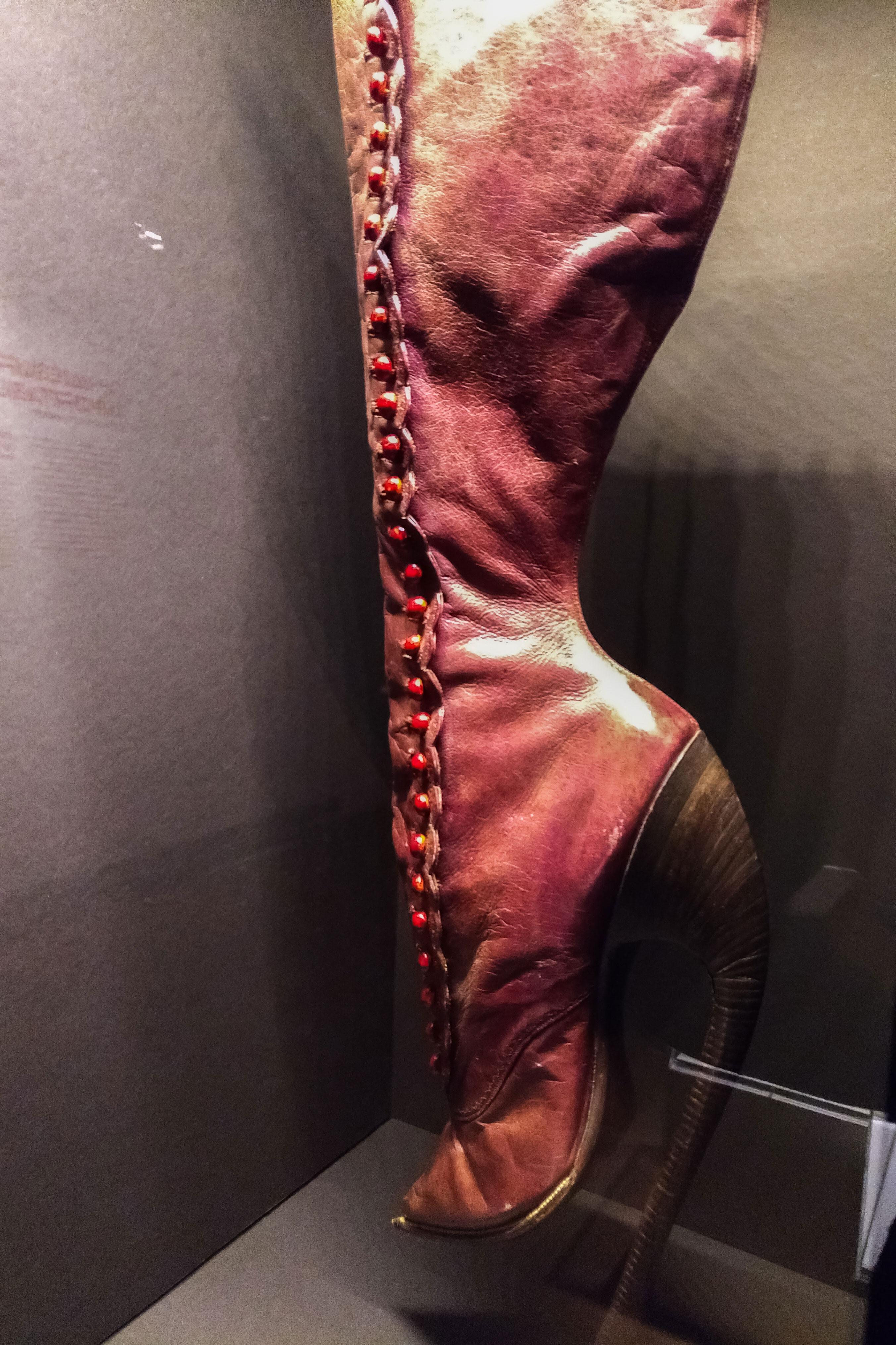 botte avec un talon dépassant les doigts de pied
